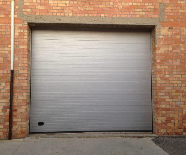 Puerta seccional color plata