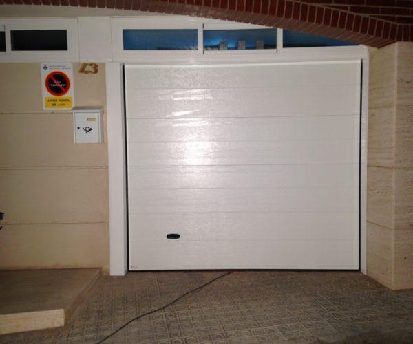 Puerta seccional color blanco con vidrio superior