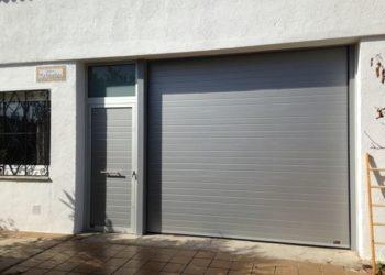 Puerta seccional con puerta lateral