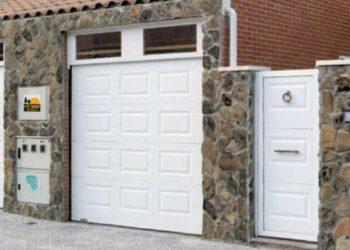Puerta seccional con puerta peatonal lateral