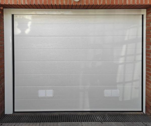 Puerta seccional color blanco