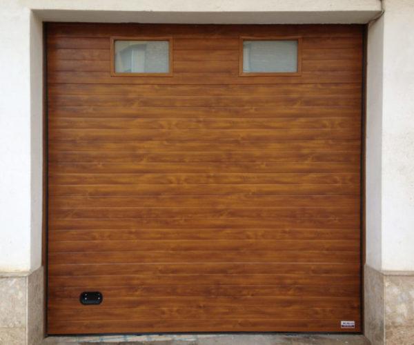 Puerta seccional color madera