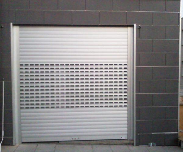 Puerta enrollable de aluminio con lamas troqueladas