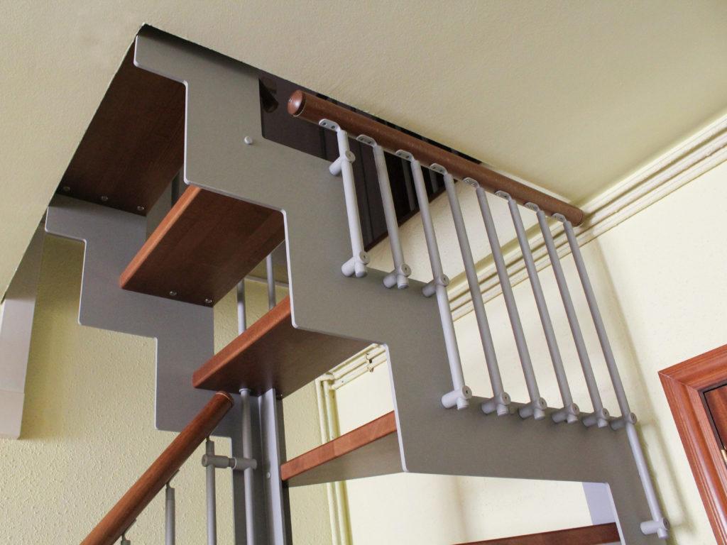 Escalera de tramo de hierro y madera